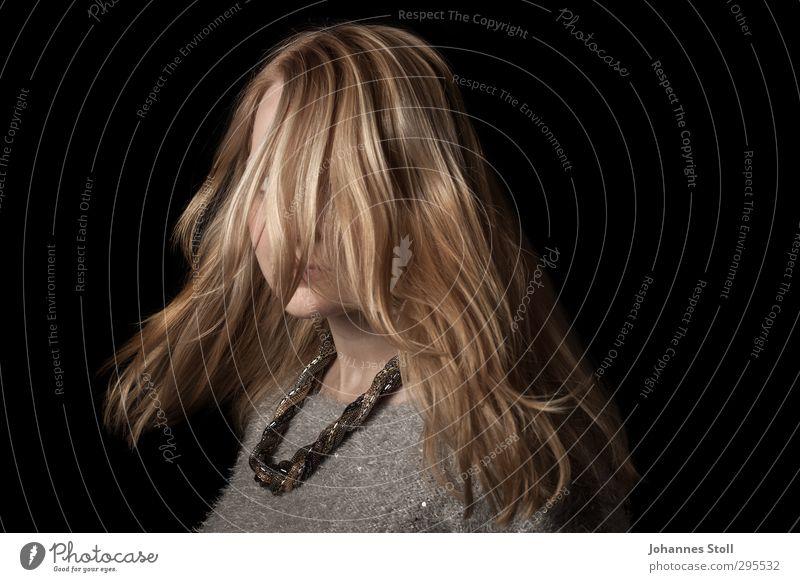 Haare in Bewegung feminin Haare & Frisuren 1 Mensch 18-30 Jahre Jugendliche Erwachsene Tanzen Pullover Schmuck Halskette blond Blick elegant schwarz schön