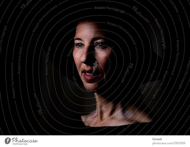 Dame im Schatten II Lifestyle schön Gesicht Erholung Mensch feminin Frau Erwachsene Weiblicher Senior Kopf 1 45-60 Jahre Hut Denken authentisch dunkel elegant