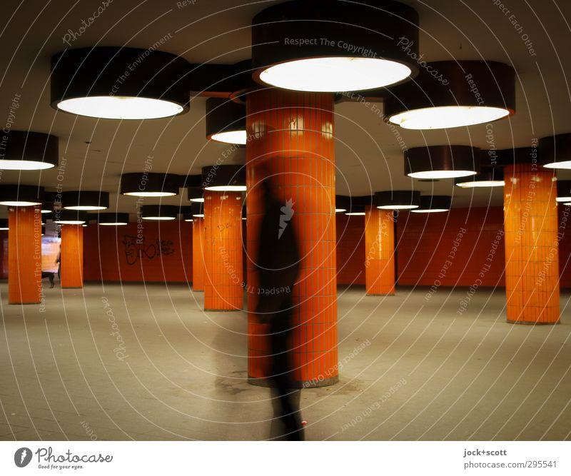 Inkognito, Mensch Stadt Ferne Wand Graffiti Architektur Bewegung Wege & Pfade Mauer orange modern laufen Beton retro Gelassenheit gruselig