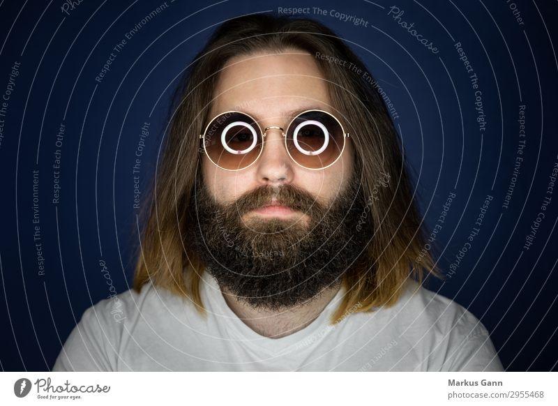Bärtiger junger Mann mit Sonnenbrille Stil Mensch maskulin Erwachsene Kopf Gesicht 1 18-30 Jahre Jugendliche Mode T-Shirt Coolness Hintergrundbild Model