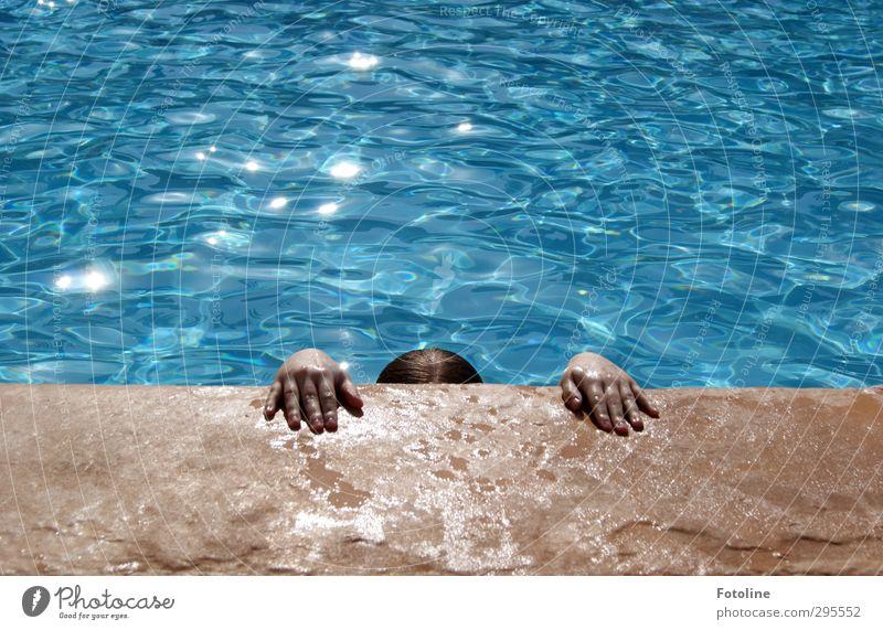 Das wollte ich doch verhindern   Ich komm jetzt raus Mensch feminin Kind Mädchen Kindheit Haut Hand Finger Urelemente Wasser Sommer heiß nass blau braun
