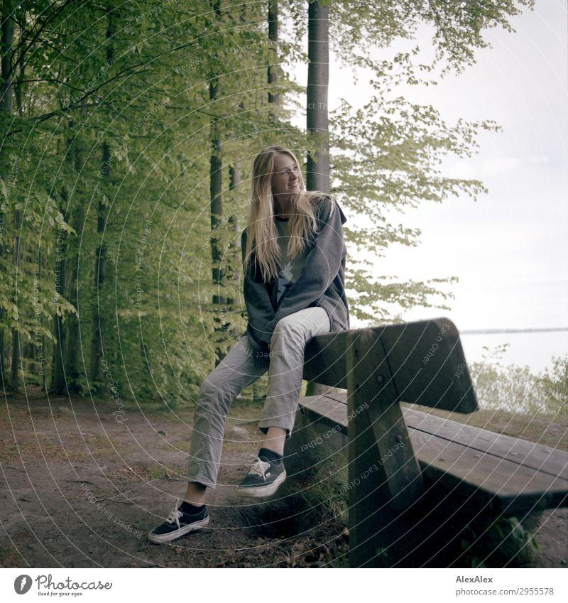 Junge Frau lehnt an einer Parkbank an der Ostsee im Wald Stil Freude schön Leben harmonisch Jugendliche 18-30 Jahre Erwachsene Natur Landschaft Schönes Wetter