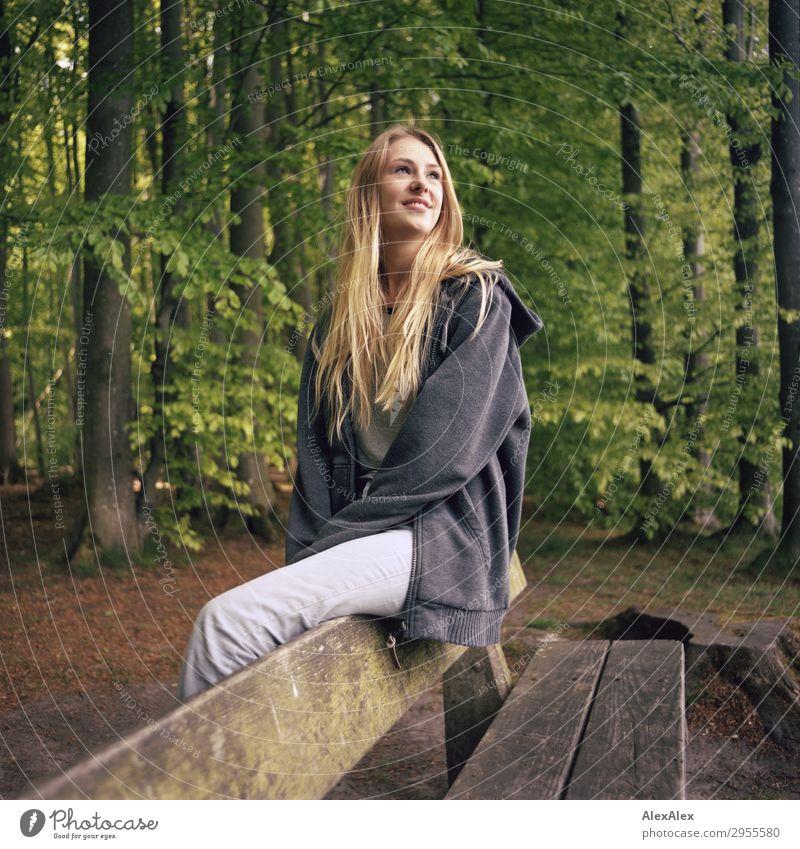 Junge Frau sitzt auf einer Bank in einem Wald schön Wellness Leben Ausflug Jugendliche 18-30 Jahre Erwachsene Natur Landschaft Frühling Sommer Schönes Wetter
