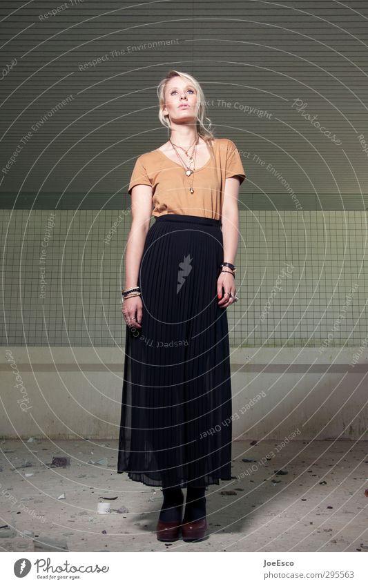#232616 Lifestyle Stil Freizeit & Hobby Frau Erwachsene Mensch 18-30 Jahre Jugendliche Mode Rock Accessoire Damenschuhe blond beobachten Erholung träumen warten