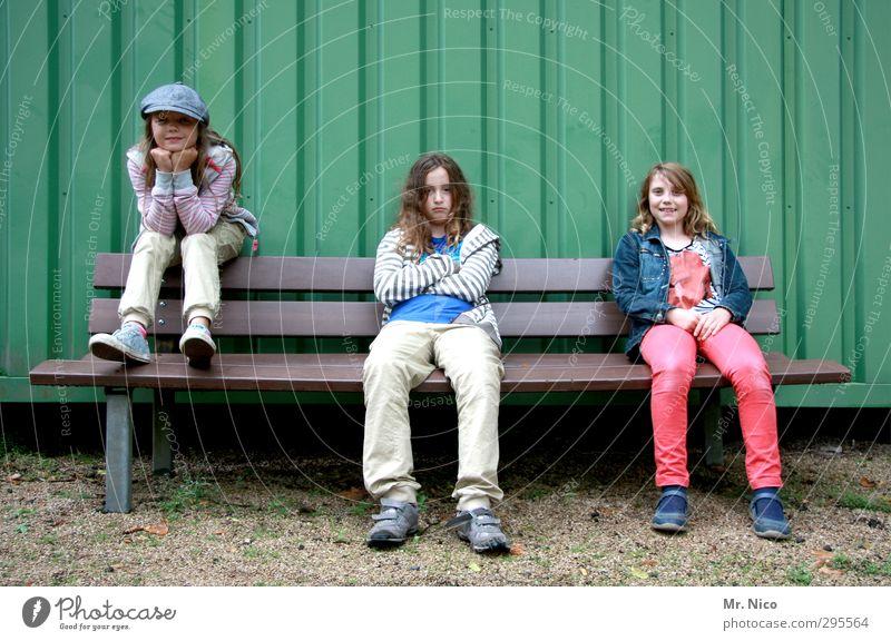 kool & the gang Mensch Kind Mädchen Freude feminin Mode Freundschaft Kindheit Fassade blond sitzen warten Coolness Körperhaltung Mütze 8-13 Jahre