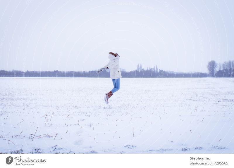 Weg vom Schnee Mensch Natur Jugendliche blau Einsamkeit Landschaft Winter Junge Frau kalt Leben feminin Gefühle Bewegung springen Feld