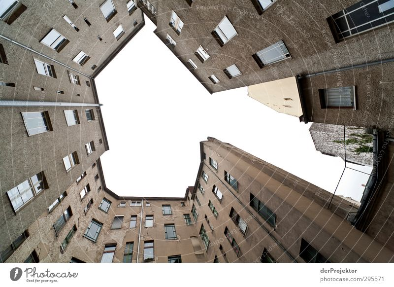 Das Fenster zum Hof 08 Himmel alt Haus Wand Gefühle Traurigkeit Mauer grau Angst Fassade Tür Armut verrückt ästhetisch Dach