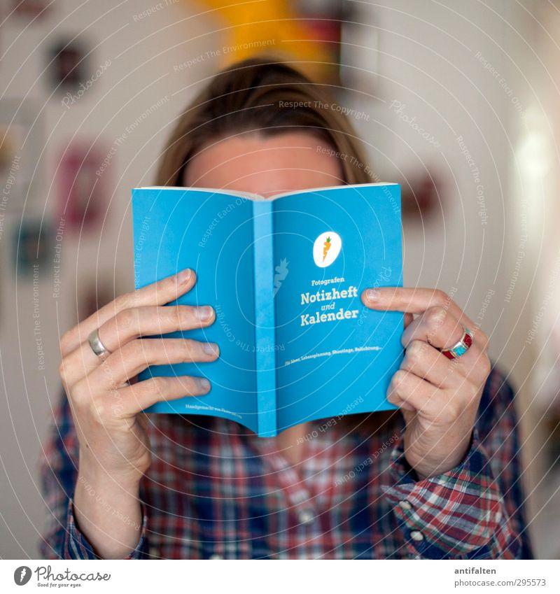 Besser spät als nie ;-) Mensch Frau Jugendliche Hand Freude Erwachsene feminin Haare & Frisuren 18-30 Jahre Kopf blond Arme Buch Bekleidung Schriftzeichen