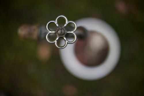 wasser marsch. grün weiß Wasser Haus Umwelt grau Garten Metall glänzend Park Trinkwasser Sauberkeit rund Baustelle trinken Flüssigkeit