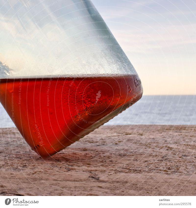 SOMMERZEIT Wasser rot Flasche Wein Roséwein umfallen Neigung Tau Himmel Meer Tisch mediterran Ferien & Urlaub & Reisen Alkohol Mallorca Farbfoto Menschenleer