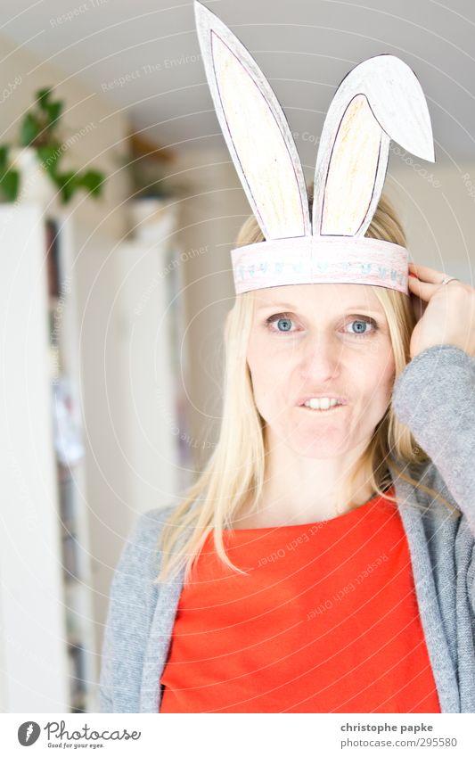 Erwischt... Mensch Jugendliche Junge Frau Freude 18-30 Jahre Erwachsene lustig Essen blond Fröhlichkeit Lebensfreude Ostern Zähne Hase & Kaninchen