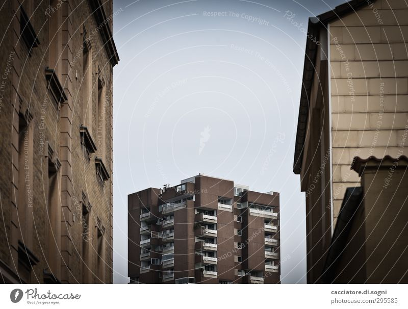 heaven is for all Himmel Stadt Menschenleer Haus Hochhaus Fassade bedrohlich dunkel eckig gruselig hässlich kalt trist blau braun Traurigkeit Einsamkeit