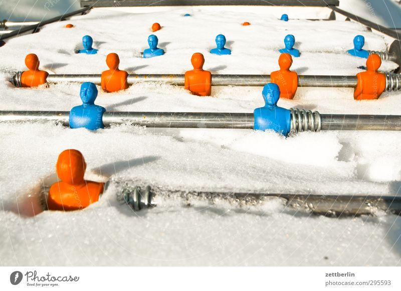 Kicker Schnee Tischfußball Spielen Spielzeug unbespielbarkeit Winter Winterpause Sportmannschaft Team Schneedecke bedeckt Metallfeder Stab blau-rot