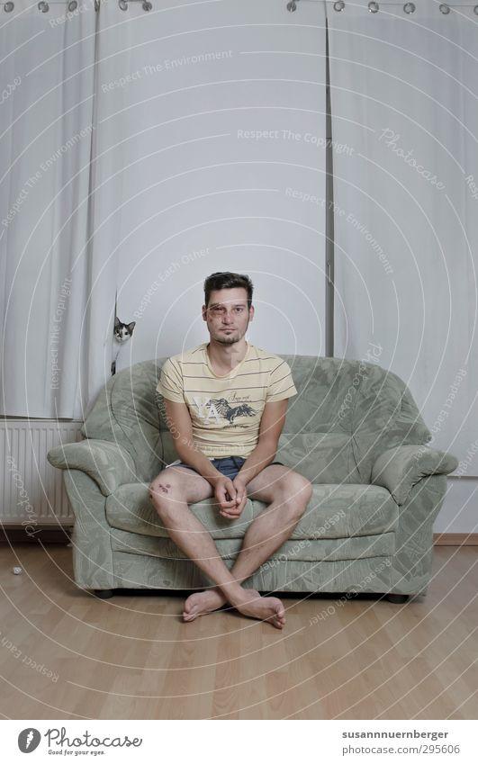 joint venture Katze Mensch Jugendliche Mann alt Tier Erwachsene 18-30 Jahre kalt Gefühle Traurigkeit Gesundheit außergewöhnlich Freundschaft Angst Körper