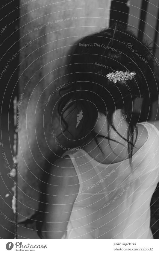 x Renovieren feminin Junge Frau Jugendliche Rücken 1 Mensch 18-30 Jahre Erwachsene Mauer Wand Top Accessoire Haarspange Haare & Frisuren schwarzhaarig brünett