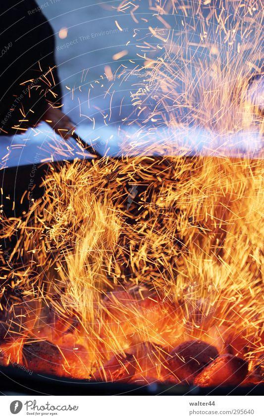 Funkenflug Picknick Grillen Camping Garten Feste & Feiern Feuer Frühling Rauch Stimmung Romantik Freizeit & Hobby Wärme Glut Farbfoto Außenaufnahme Nahaufnahme