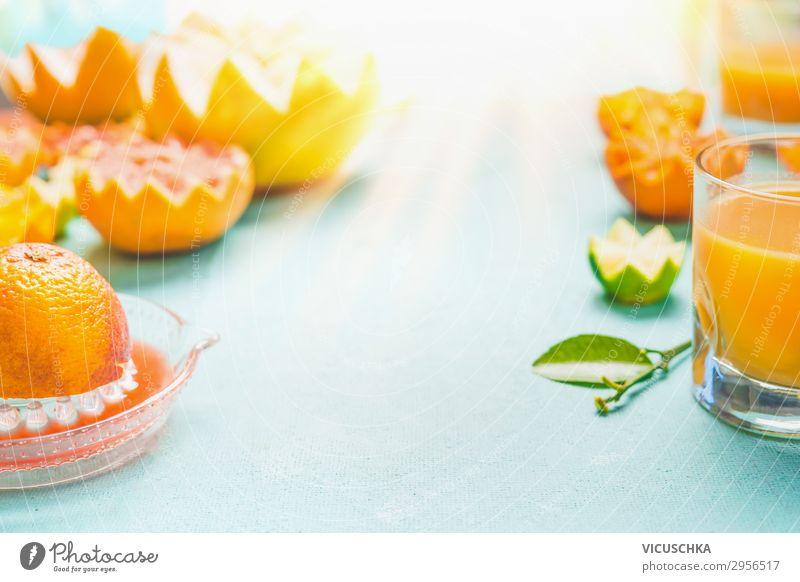 Saft von Zitrusfrüchten. Glas mit gemischtem Zitrusfrüchtesaft auf dem Tisch bei sonnigem Tageshintergrund.  Erfrischende hausgemachte Frühstücksgetränke. Vitaminhaltiges Getränk. Gesunder Lebensstil. Quelle von Vitamin C. Kopierfeld