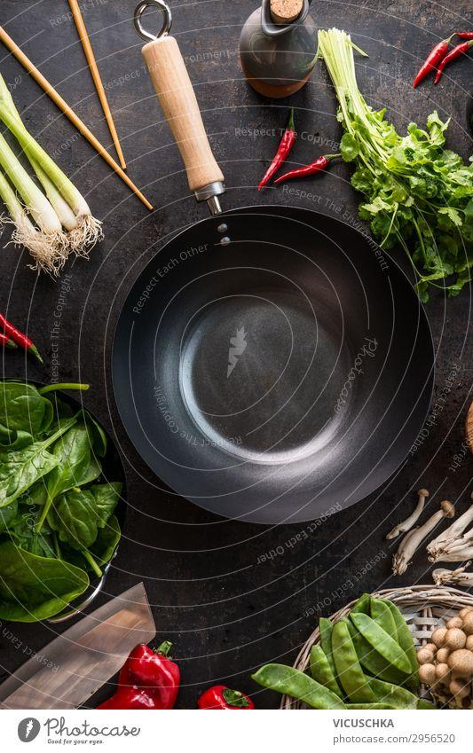 Leere Wok-Pfanne auf dem Küchentisch mit Essstäbchen und vegetarischen asiatischen Lebensmittelzutaten, Ansicht von oben. Platz zum Kopieren.  Gesundes Essen und Kochen