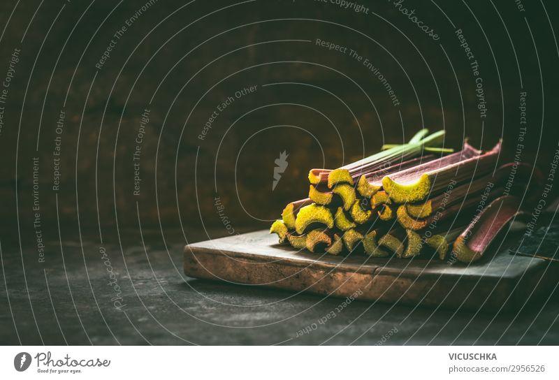 Rhabarber auf dunklem Küchentisch Lebensmittel Frucht Ernährung Bioprodukte Vegetarische Ernährung Diät Stil Design Gesunde Ernährung Sommer Tisch