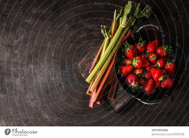Rhabarber und Erdbeeren auf rustikalem Küchentisch Lebensmittel Frucht Ernährung Bioprodukte Vegetarische Ernährung Diät kaufen Stil Design Gesunde Ernährung