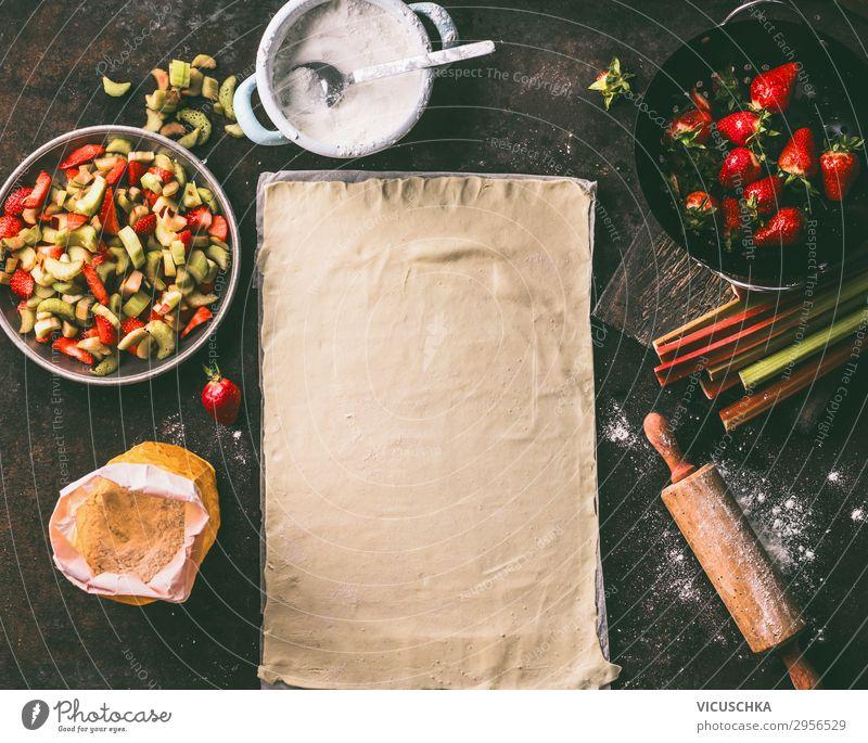 Blatt des Teigs mit Rhabarber und Erdbeeren Lebensmittel Frucht Teigwaren Backwaren Kuchen Ernährung Geschirr Stil Design Gesunde Ernährung Sommer