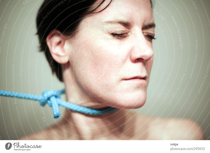 Widerstand Mensch Frau Gesicht Erwachsene Leben Gefühle Stimmung außergewöhnlich Seil bedrohlich Krankheit Schmerz Stress anstrengen blockieren schwarzhaarig