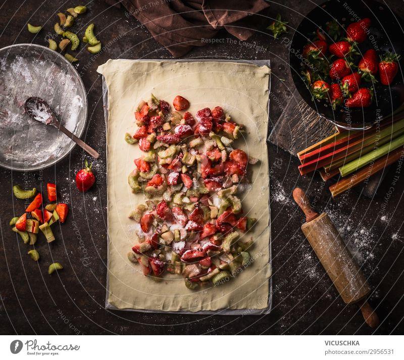 Rhabarber und Erdbeeren Strudel Kuchen Vorbereitung Lebensmittel Frucht Teigwaren Backwaren Ernährung Bioprodukte Vegetarische Ernährung Geschirr Stil Design
