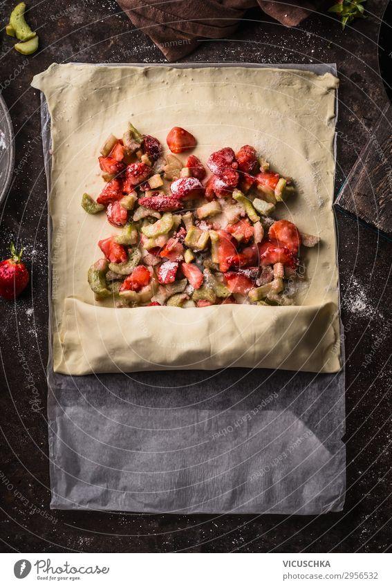Rhabarber- und Erdbeeren Strudel Kuchen Zubereitung Lebensmittel Frucht Teigwaren Backwaren Ernährung Bioprodukte Stil Design Gesunde Ernährung Sommer Tisch