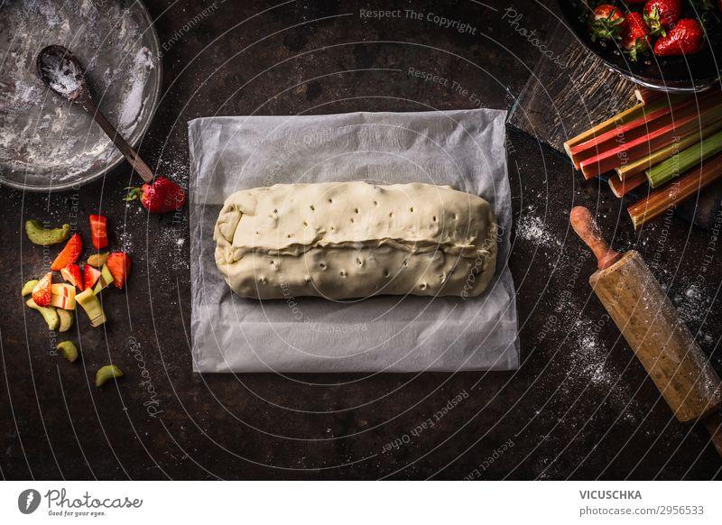 Zubereitung von Rhabarber- und Erdbeeren Strudel Kuchen Lebensmittel Frucht Teigwaren Backwaren Ernährung Bioprodukte Geschirr Sommer Design Stil