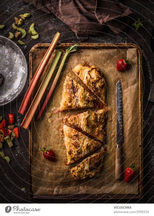 Hausgemachter Rhabarber Erdbeeren Kuchen Lebensmittel Frucht Teigwaren Backwaren Ernährung Bioprodukte Geschirr Stil Design Gesunde Ernährung Sommer