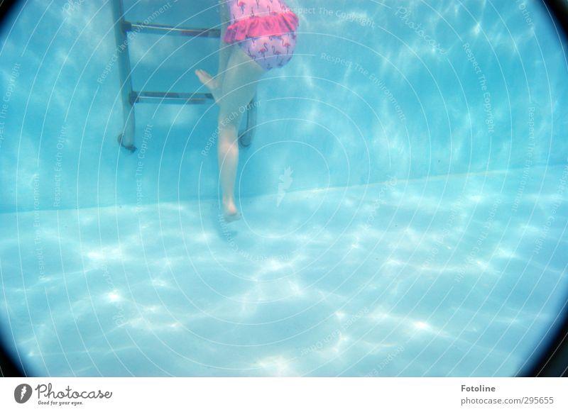 Jaaaaa! Ich komm ja schon raus! Mensch feminin Kind Mädchen Kindheit Körper Haut Beine Fuß Urelemente Wasser hell nass blau rosa schwarz Schwimmbad Leiter
