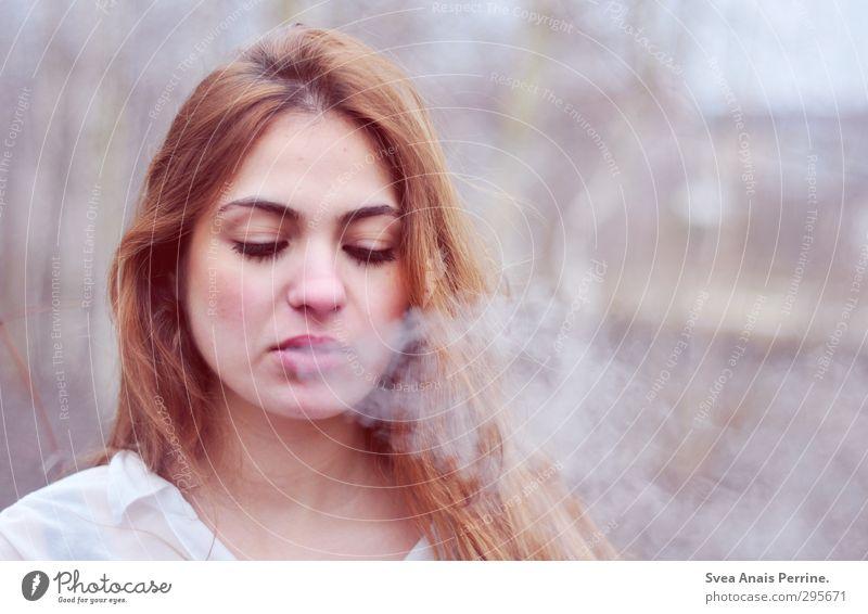 frau rauch. feminin Junge Frau Jugendliche Haare & Frisuren Gesicht 1 Mensch 18-30 Jahre Erwachsene Umwelt Natur beobachten schön einzigartig kalt natürlich