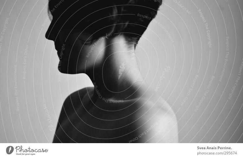 das ganze grau dazwischen... Mensch Frau Jugendliche Junge Frau Gesicht Erwachsene dunkel Wand Gefühle Traurigkeit Haare & Frisuren 18-30 Jahre Mauer Kopf