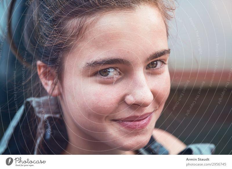 Porträt eines lächelnden Teenager-Mädchens mit Schwimmweste Frau Lächeln Nahaufnahme Rettungsweste Wasser Sport Boot Brötchen Sommer im Freien reisen Kanusport