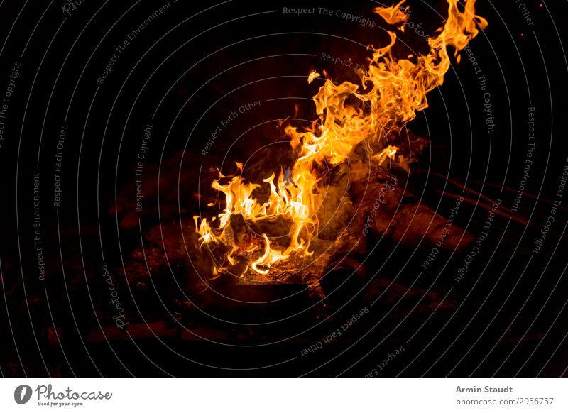 Feuer Natur schwarz Hintergrundbild Holz Wärme orange gefährlich bedrohlich Urelemente heiß Grillen Gesellschaft (Soziologie) brennen Flamme Feuerstelle