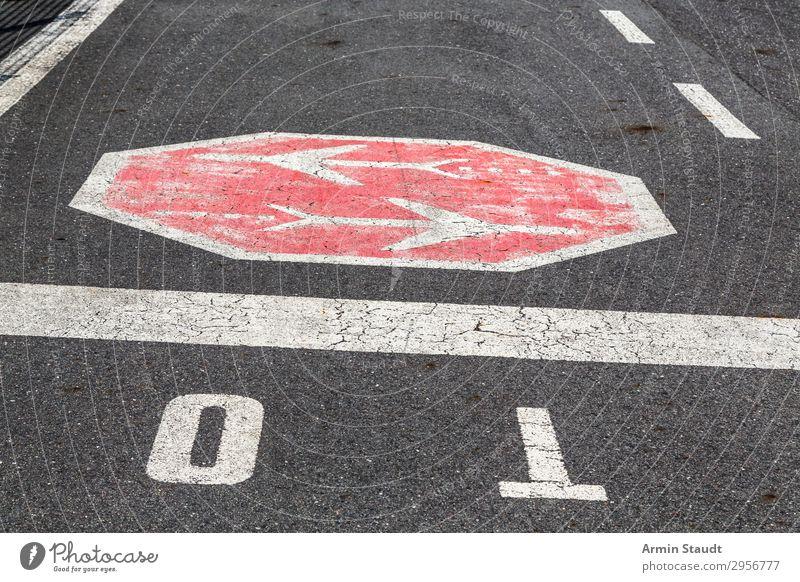 Zeichen auf einer Straße Schilder & Markierungen Asphalt Landebahn Muster Autobahn Verkehrswege Verkehrszeichen Farbe Kreativität Lifestyle Stil Design Ornament