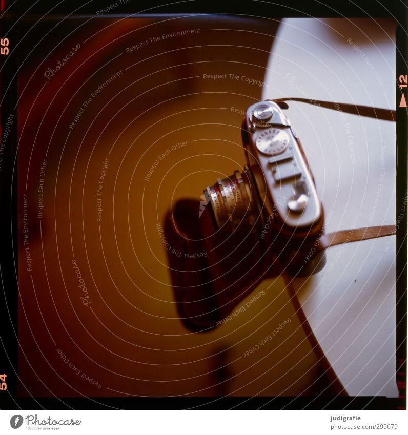 Geschichten Fotokamera Objektiv Fotografie alt historisch braun Vergangenheit Hülle Tisch Gurt Farbfoto Außenaufnahme Schwache Tiefenschärfe