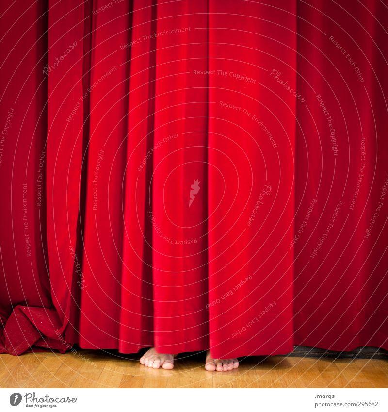 Sneak Preview Mensch rot lustig Fuß außergewöhnlich Show Kultur Neugier Medien verstecken Veranstaltung Theaterschauspiel skurril Bühne Kino Vorhang