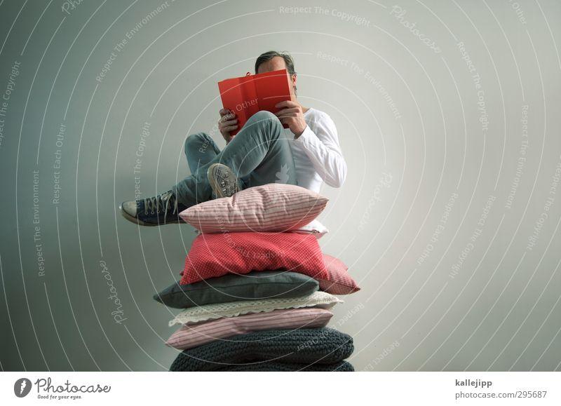 der prinz auf der erbse Mensch Mann rot Erwachsene Stil maskulin Wohnung Freizeit & Hobby Buch Lifestyle Häusliches Leben weich lesen Jeanshose sanft Märchen