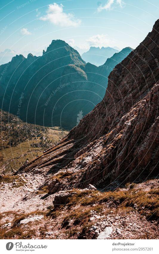 Dolomiten mit Felsen im Vordergrund XIII Abenteuer wandern Schönes Wetter schlechtes Wetter Nebel Gipfel Sommer Landschaft Natur Umwelt Ferne Freiheit