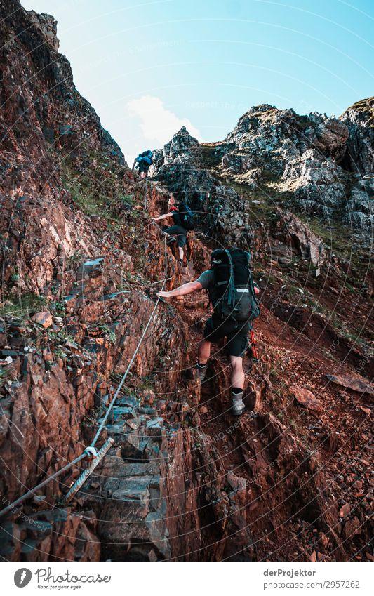 Dolomiten mit Wanderern am Klettersteig Abenteuer wandern Schönes Wetter schlechtes Wetter Nebel Gipfel Sommer Landschaft Natur Umwelt Ferne Freiheit