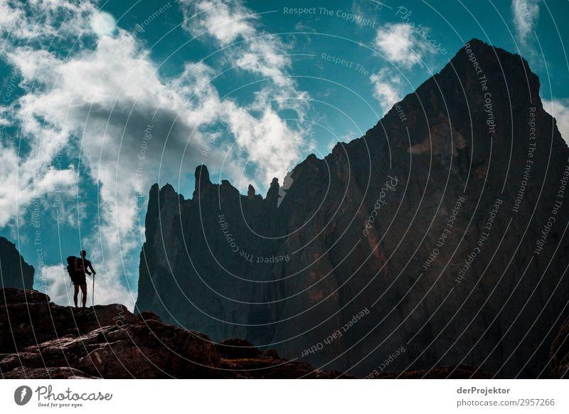 Dolomiten mit Wanderer II Abenteuer wandern Schönes Wetter schlechtes Wetter Nebel Gipfel Sommer Landschaft Natur Umwelt Ferne Freiheit Berge u. Gebirge