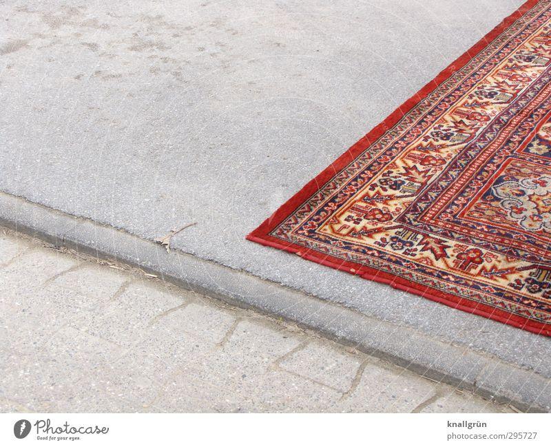 Obdachlos Menschenleer Platz Teppich Perserteppich liegen Häusliches Leben außergewöhnlich eckig einzigartig grau rot Gefühle Stimmung Hoffnung Sorge Heimweh