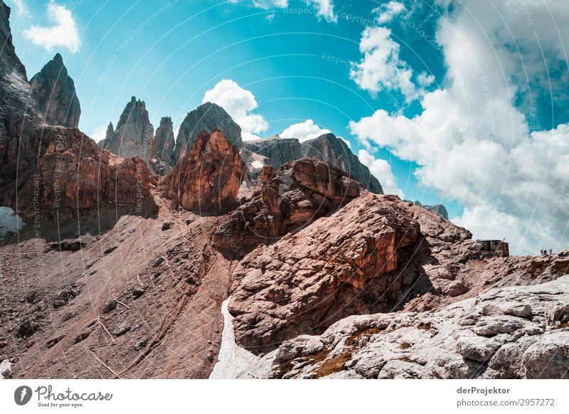 Dolomiten mit Felsen im Vordergrund VIII Abenteuer wandern Schönes Wetter schlechtes Wetter Nebel Gipfel Sommer Landschaft Natur Umwelt Ferne Freiheit