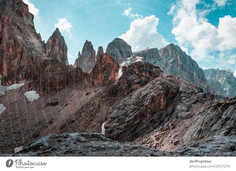 Dolomiten mit Felsen im Vordergrund IX Abenteuer wandern Schönes Wetter schlechtes Wetter Nebel Gipfel Sommer Landschaft Natur Umwelt Ferne Freiheit