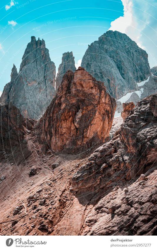 Dolomiten mit Felsen im Vordergrund XI Abenteuer wandern Schönes Wetter schlechtes Wetter Nebel Gipfel Sommer Landschaft Natur Umwelt Ferne Freiheit