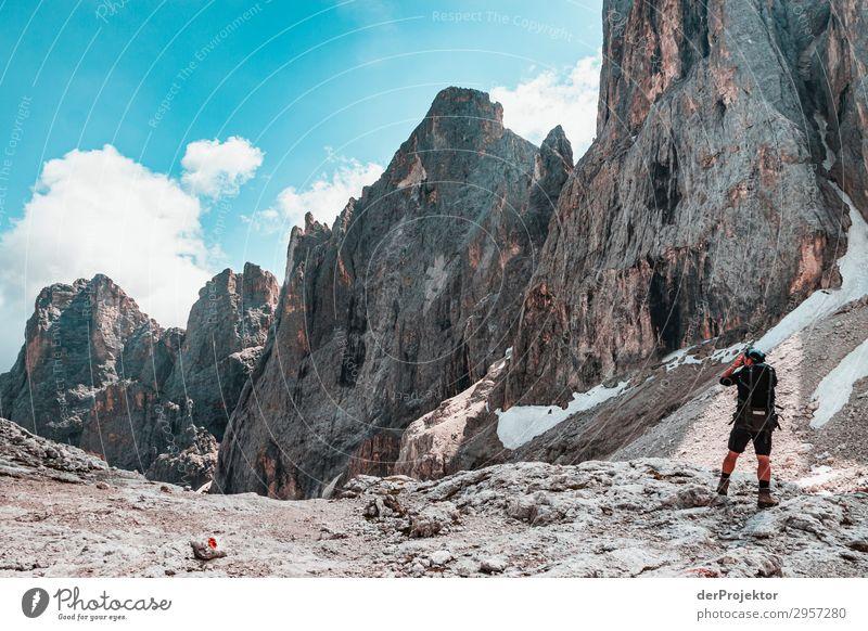 Dolomiten mit Wanderer im Vordergrund Abenteuer wandern Schönes Wetter schlechtes Wetter Nebel Gipfel Sommer Landschaft Natur Umwelt Ferne Freiheit