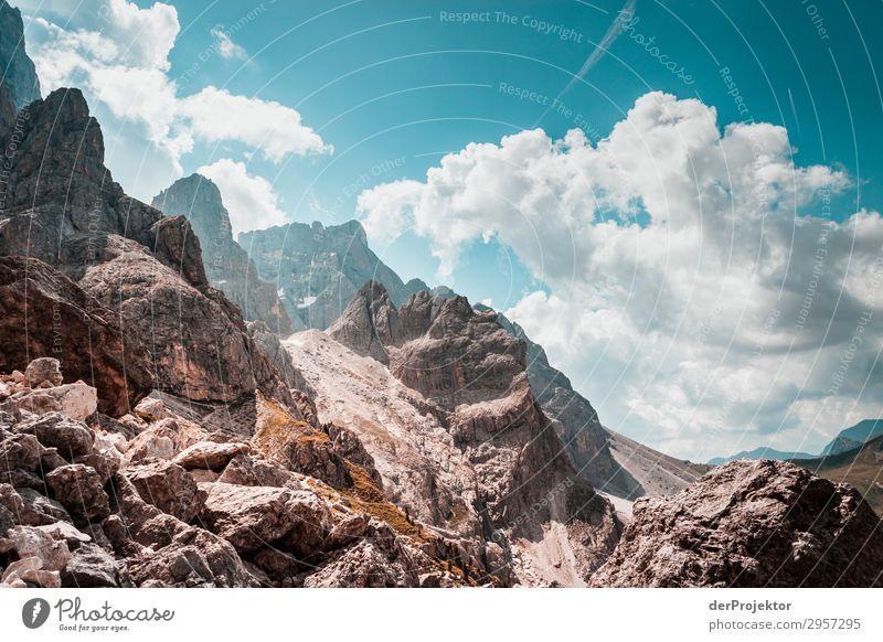 Dolomiten mit Felsen im Vordergrund II Abenteuer wandern Schönes Wetter schlechtes Wetter Nebel Gipfel Sommer Landschaft Natur Umwelt Ferne Freiheit