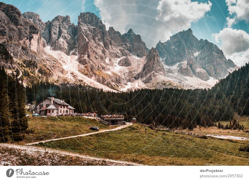 Dolomiten mit Wirtshaus im Vordergrund Abenteuer wandern Schönes Wetter schlechtes Wetter Nebel Gipfel Sommer Landschaft Natur Umwelt Ferne Freiheit
