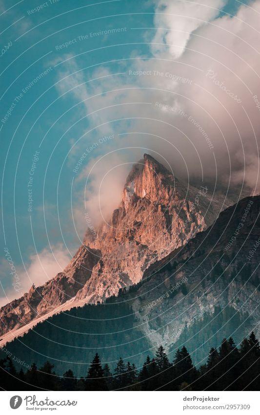 Morgens in den Dolomiten Abenteuer Landschaft Felsen Naturwunder Menschenleer Textfreiraum unten Morgendämmerung Sonnenaufgang Starke Tiefenschärfe Kontrast